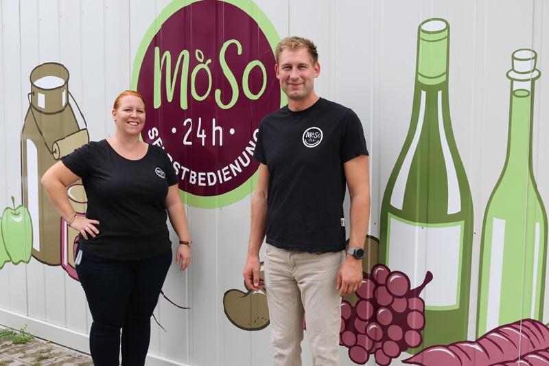 Der Betreiber der MoSo-Märkte Markus Wegerth und seine Frau Karin vor dem MoSo-Markt in Seyring